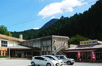 (左)飯高林業総合センター・(右)波瀬駅